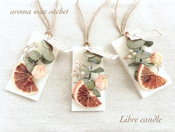 ドライフルーツとお花のコラボレーション。ナチュラルな麻ひもで吊るして、同じデザインのものをいくつか壁などに飾ってもいいかもしれませんね。こちらは、蜜ろう100%です。