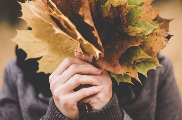朝晩少しづつ涼しくなってきて、秋の深まりを感じる季節になりました。衣替えをしたり、お部屋を秋らしいイメージにしたりと色々考えることも多くなりますが、自分の身に付けている香りもそろそろ「秋仕様」に変えてみませんか?