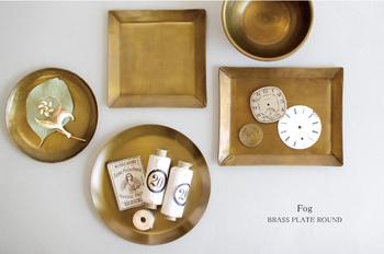 女性らしい柔らかなゴールド真鍮のトレイ。アンティーク感があり、木製家具のナチュラルなインテリアにも馴染みます。