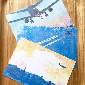 ▪️Hal-Illustration 飛行機 ポストカード 3枚セット  さまざまなシーンと色合いの空に飛行機がとんでいる、ノスタルジックな雰囲気のポストカード。青空も夕焼けも素敵で、のんびりとした気分に浸れそう。