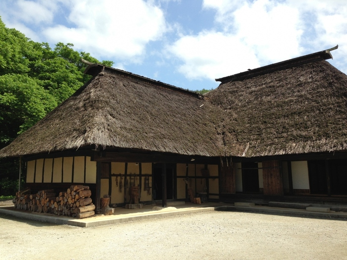 カッパ淵の近く「遠野ふるさと村」では、江戸中期のわらぶき屋根が特徴的な家屋も見られます。 その景色は、まるで昔々にタイムトリップしたかのよう!