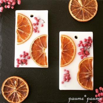 爽やかなオレンジに、鮮やかなピンクペッパーをあしらって。なんて可愛らしいんでしょう♪香料は、スウィートオレンジとビターオレンジを使って、よりフルーティな香りに。