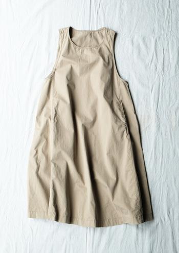 MASTER&Co.では初となるレディースアイテムのジャンパースカートを、nest Robe別注アイテムとしてご用意。 裾に向かって広がりのあるラインは、チノ素材だからこそのキレイなフレアシルエットに仕上がっています。  【nest Robe別注】ジャンパースカート  24,000円(税抜)