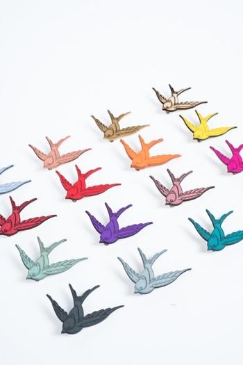 niceniceniceのスワローブローチ。躍動感に溢れたエネルギッシュな鳥の表情に元気をもらえそう。