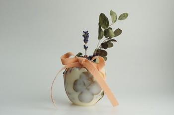 お部屋に置くタイプのアロマワックスサシェ。四つ葉のクローバー、可憐な野の花、ベリー類などが丸くて優しいボディに美しく配置されています。さりげない存在感で、癒してくれそうですね♪