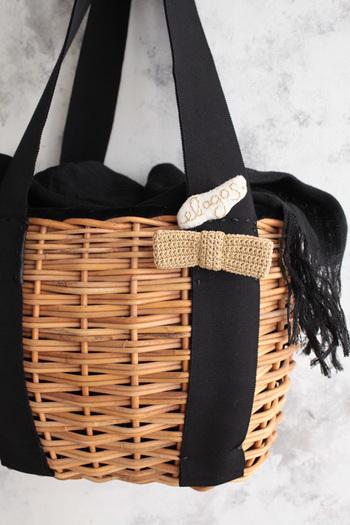 バッグや帽子に付けて自分仕様に。いつも使う定番バッグも、季節感のあるブローチを取り入れるとよりおしゃれなイメージに♪