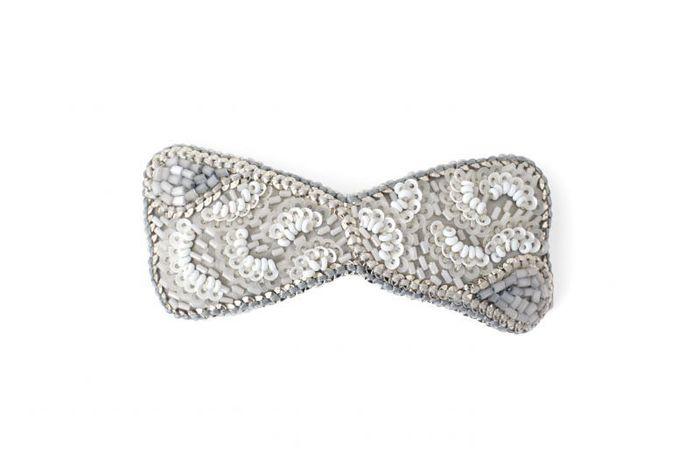 ブローチは洋服と同じようにバリエーション豊富なアイテム。冠婚葬祭に付けられるような上品なものから、カジュアルなもの、かわいいもの、ユニークなもの…。洋服はもちろん、アクセサリーや小物とコーディネートすれば、たちまちおしゃれ度UP。自分らしさを表現するアイテムとして、海外セレブの間でもワンポイントに取り入れられています。