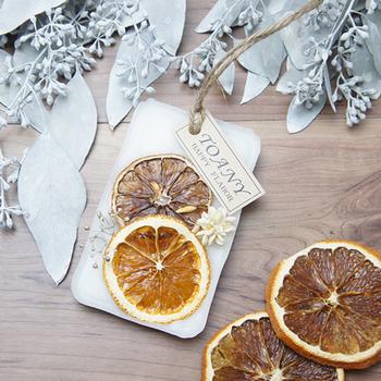 ドライフルーツは、見た目のインパクトがあり、なにより爽やかな印象をもたらしてくれます。フレッシュなフルーツ系のアロマを香らせて。お部屋に飾ると、元気が出そう♪