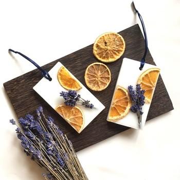 人気のドライフルーツ・オレンジと、ハーブの代表格・ラベンダーの香りの協奏曲。色のコントラストも美しい!ラベンダーは散らさず、あえて束ねてシンプルなデザインに。どんなお部屋にもよく合います。