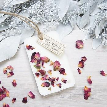 こちらは、バラの花びらを散りばめた、シンプルながらもエレガントなデザイン。優美ななローズの香りが漂ってきそうですね。壁やドアノブ、玄関などに飾るのも素敵です。