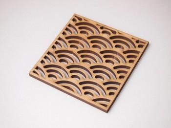 ハンドメイド作家さんのオリジナル木製コースター。「青海波」のほか、「麻の葉」や「菱」もあって粋に日本文様を楽しむことができそう。