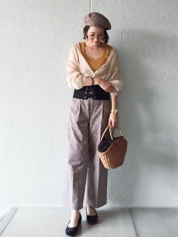 チェック柄パンツ×マスタードカラーのインナーを合わせたスタイリングは、ポンとのせたベレー帽がフェミニンさをほどよく和らげてくれます。流行のコルセットベルトもアクセントになり、スタイルアップ効果も期待できます。