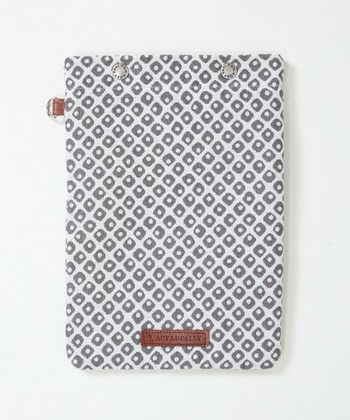 淡い色合いの「鹿の子」模様がかわいいiPadケース。「文様」はもちろん、山形県米沢市で江戸時代から伝わる織物「米沢織」でつくられた日本の歴史を感じるアイテムです。