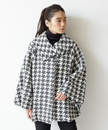 ファッションアイテムでよく見かける、お馴染みの「千鳥格子」のデザインは「千鳥」文様から生まれたとか。襟と袖元がゆったりとした、おしゃれなポンチョはこれからの季節にぴったり。