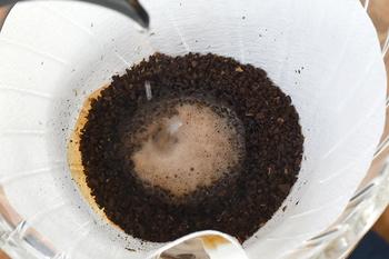 紙フィルターをセットしてコーヒーの粉を入れ、表面を平らにします。まず、お湯をコーヒーの粉が湿る程度(20㏄くらい)上からかけて、20~30秒蒸らします。