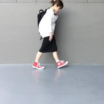 白の分量が多めだと、爽やかな雰囲気になります。シンプルなモノトーンコーデに赤のスニーカーを併せてカジュアルな着こなしに。
