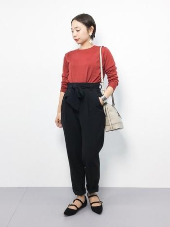テラコッタ系の赤なら着こなしやすいですね。黒のハイウエストパンツにインするだけでグッと大人の雰囲気に。足元はローヒールでもポインテッドトゥを選べば大人っぽさも出せます。