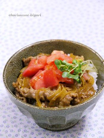 カレーがかかった牛丼からヒントを得て生み出された、カレー味の牛丼のレシピ。トマトの酸味がよく合います。