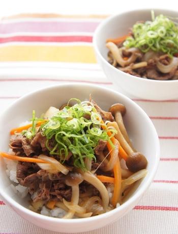 玉ねぎの他にニンジンやきのこを入れて、ネギを散らし、野菜がたっぷり摂れる牛丼。具材に野菜やきのこが入る分、お肉の量を減らせるのでヘルシーな仕上がりになります。