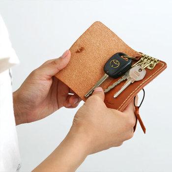 ◇レザーのキーケース 家の扉を開ける度に特別な気持ちをプラスできれば、新しい暮らしがちょっぴり特別なものに。大切な姉妹のお相手には、シンプルで長く愛用できるレザーのキーケースを。車や家の鍵、さらには免許証も入るので使い勝手も抜群です。