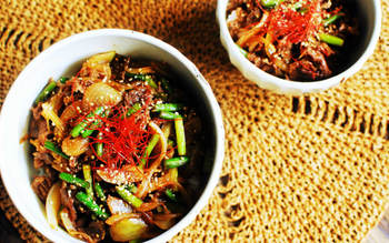 具材にニンニクの芽を入れる他、ラー油、オイスターソースなどで中華風に仕上げるレシピ。フライパンで炒めるように作るので、短時間でさっと作れるのも◎