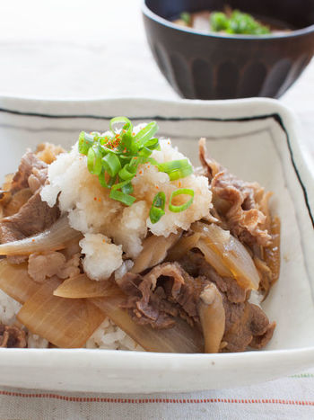 大根おろしを乗せてあっさりと。牛肉を一度下茹でするレシピになっていて、余分な脂が落とせるのも、さっぱり頂けるポイント。 四角い器に盛ると牛丼が新鮮に見えますね。