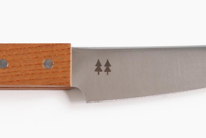 刃に押された2本の木のマークもとても可愛いです♪ナチュラルな雰囲気のキッチンがお好きな方に是非お勧めしたいペティナイフです。