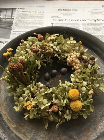 やっぱり素敵なリースは、たっぷりのアナベルと木の実で秋色に。ハロウィンのインテリアにも合いそうですね。