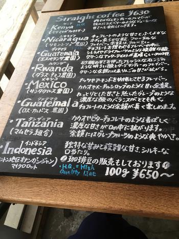 さまざまな産地のコーヒーを楽しめる「Cafe Obscura(カフェ オブスキュラ)」。店内のメニュー表には豆の産地だけでなく農園の名前や豆の特徴まで丁寧に書かれています。