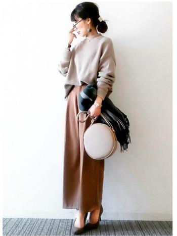 身幅が広いセーターも、袖をたくしあげるとメリハリのあるシルエットに。こなれ感を演出できます。スッキリ見えるスタイリングのコツですね。