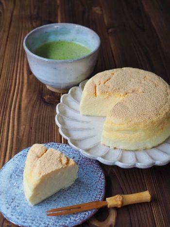 こちらは、卵白でしっかりメレンゲを作ってから混ぜて焼くので「スフレチーズケーキ」のようなふんわり口溶けを楽しめるレシピ。材料も4つだけとお手軽です◎