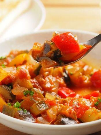 フランスの家庭料理のラタトゥイユは、お野菜をたくさんいただける上、彩りも綺麗。フランスやその近郊では、余っているお野菜や古くなったワインを入れて、気軽に作られるお料理のひとつ。トマト缶があれば、難しいことも抜きですね。