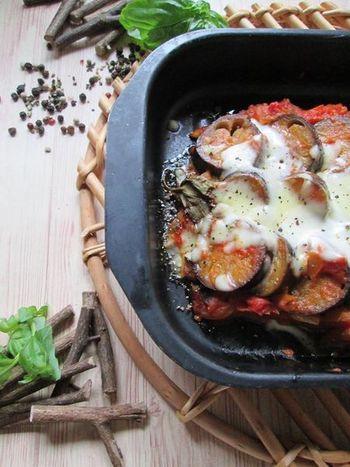 基本のラタトゥイユをオーブンディッシュに盛り付けて、チーズを乗せて焼けば、とても華やかな見た目に。ホームパーティーでも喜ばれそう。