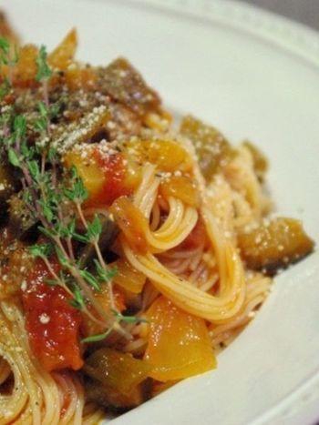パスタはイタリアのものですが、フランスの家庭ではラタトゥイユをパスタにかけることも、よくあるのだとか。ぜひ真似してみたいレシピのひとつですね。
