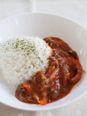 なんだか難しそうな響きのビーフストロガノフですが、トマト缶でビーフを煮込めば、簡単に美味しく作ることができます。お米との相性も良いのが嬉しいですね。
