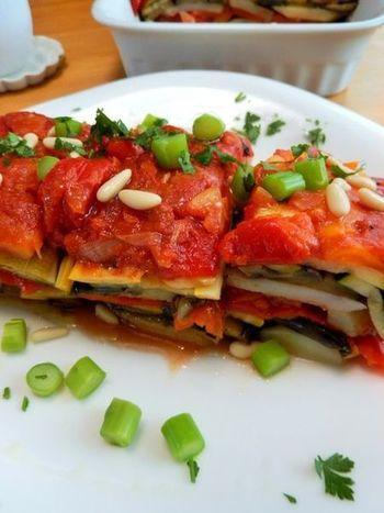 お野菜とアラビアータのソースを重ね、ミルフィーユのように見立てて。彩りも綺麗で、とってもヘルシーな一品に。