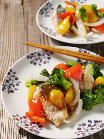 """お魚が苦手なちびっこたちも、甘い餡をかけると食べてくれるかもしれません。秘訣は魚に片栗粉でカリッとした衣をつけること。付け合わせのお野菜も油通しすれば、さらに食べやすくなります。 """"揚げる""""""""油通し""""は手間でメンドクサイですよね。そんなときはフライパンに少量の油をいれて揚げ焼きにすればOK。パリッとあがったお魚にとろーりの餡がからんで、臭みのある鯖も美味しくいただけます。"""