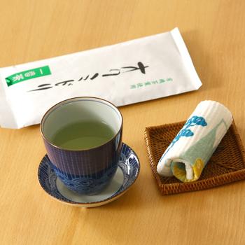 無農薬の緑茶を専門に育てる松田農園の五代目、松田博久さんが想いをこめて育てた煎茶「オクミドリ」。第1回世界緑茶コンテストで銀賞に輝いたという世界でも認められたお茶です。良質な堆肥、有機肥料、その他いろいろ入ったふっかふかの栄養豊かな土で育った茶葉は、香りふくよかに仕上がるのです。手間も時間もたっぷり、愛情のこもったお茶がおいしくないはずがありません。ぜひためしてみてください。