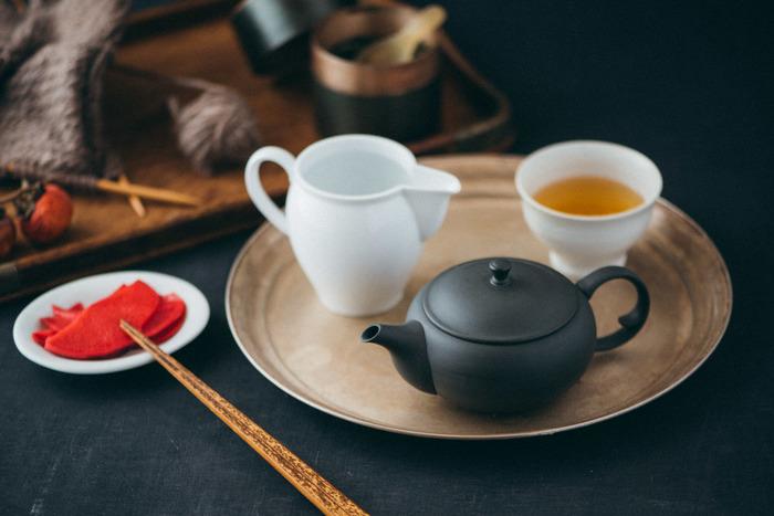 急須の一大産地、愛知県常滑市の高資(たかすけ)陶苑の平急須。産地とつないでものを作り出す東屋によるものです。 開口部が大きく茶葉を入れやすいだけでなく、「蓋摺り」という技法で密閉性がとても高く、お茶をたっぷりと蒸らしてくれます。使いやすいだけでなく、美味しいお茶が淹れられるんですね。 釉薬を使わない無釉仕上げがとても美しい。使うほどに艶が増しますから何度もお茶を淹れて楽しんで。