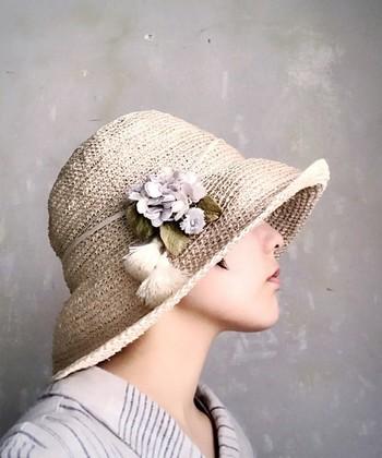 帽子につければ一気にレディな雰囲気に。アンティーク調の優しいコサージュの色合いが秋の大人シックな装いにピッタリです。