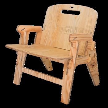 「YOKA CHAIR」という、ブランドネームがついた組み立て式の椅子。男性でもゆったり座れるサイズ感で、座り心地も快適です。