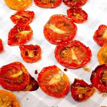 160℃くらいの温度で1時間、もう少し温度を下げて小1時間程焼きます。半生タイプのドライトマトの出来上がりです。