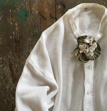 コサージュは上手に活用すれば、洋服の着回し力が格段にアップする優秀アイテム。 今まで難しそうで使ったことがないという人も、ぜひ今年の秋はコサージュでいつものファッションにそっと「華」を添えてみませんか?