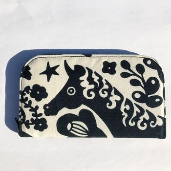 お財布としてはもちろん、預金通帳など大切なものを収納するのにピッタリのポーチです。写真は、白地に黒のプリントがシックな印象の「みどりのゆび」シリーズ。