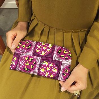 明るい紫色がパッと目を引く「ワタリドリ」デザイン。華やかなのに派手すぎないフシギなテキスタイルです。