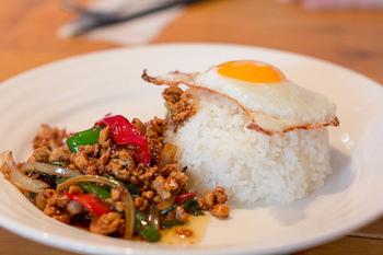 タイ料理が好きすぎて本場まで食べに行きたいけれど、忙しすぎる毎日の中では旅行に行く余裕はない…そんな時には、本場の味を届けてくれるタイ料理屋さんに足を運んでみるのはいかがでしょうか?  手軽に本場の味を楽しめる、都内でおすすめのタイ料理店をご紹介します!