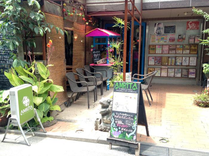 """吉祥寺の東急裏エリアにある『アムリタ食堂』は、外観から既に異国情緒が漂うタイレストラン。まさに""""タイに行った気""""にさせてくれます。"""