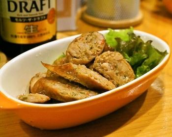 「チェンマイ風ソーセージ」は、カミン(ウコン)、バイマックルー、唐辛子など、スパイスやハーブが入ったソーセージ。ビールのおつまみにピッタリ。