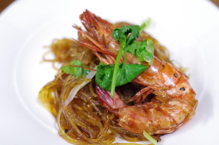 海老と春雨の香草蒸し「クンオップウンセン」。大きな海老がゴロッと入っていて贅沢な気分を味わえます♪