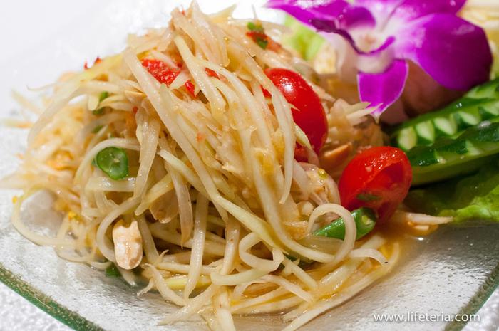 """青パパイヤを使った「ソムタム・タイ」というサラダは、辛さの好みをリクエストできるのが嬉しい。甘さ、酸味、辛さの絶妙なバランスに""""さすが""""と思わず唸ってしまうほど。"""